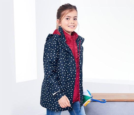 Gyerekruhák, gyerekcsizmák és női kabátok között böngésztünk
